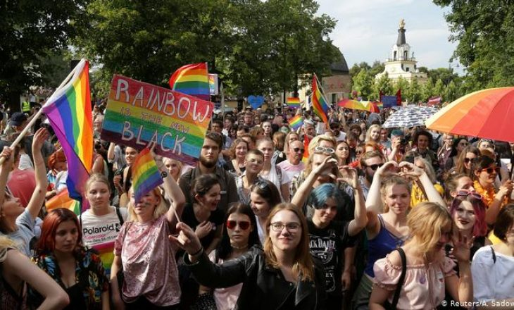 Kandidati për president të Polonisë Andrzej Duda premton të ndalojë qiftet e gjinisë së njejtë nga adoptimi