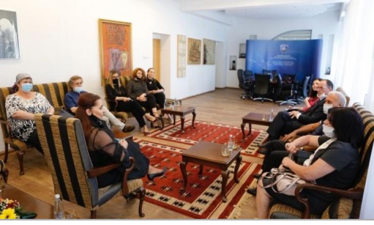 Ministrja Dumoshi premton themelimin e Qendrës së Librit