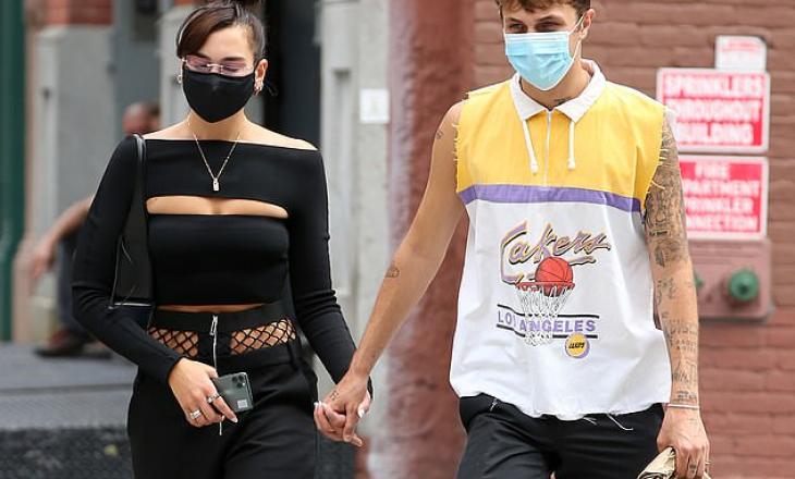 Dua Lipa shëtitet me të dashurin në New York me stil të ri flokëshe me maska kundër Covid-19