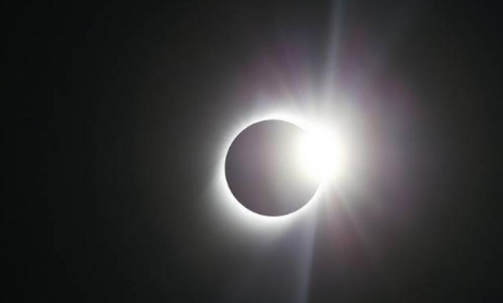 Astronomët mrekullohen prej pamjeve eklipsit të rrallë diellor