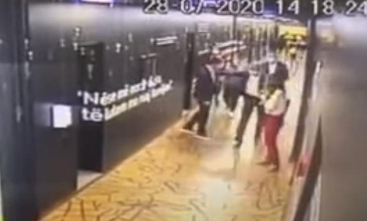 Dalin pamjet nga përleshja e djeshme në Kuvend – Gjyshinca u sulmua nga Shala e Gashi (VIDEO)