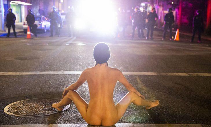 Protestat në SHBA: Gruaja e zhveshur shfaqet papritmas para oficerëve policorë e gazit lotsjellës