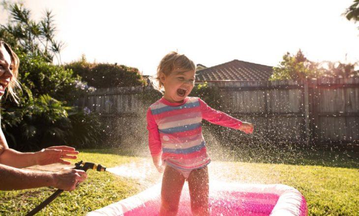 Prindër, që t'i mbani fëmijët të sigurt në pishina kini parasysh këto udhëzime