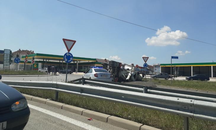 Aksident i rëndë në Mazgit: Rrotullohet kamioni, një person i lënduar