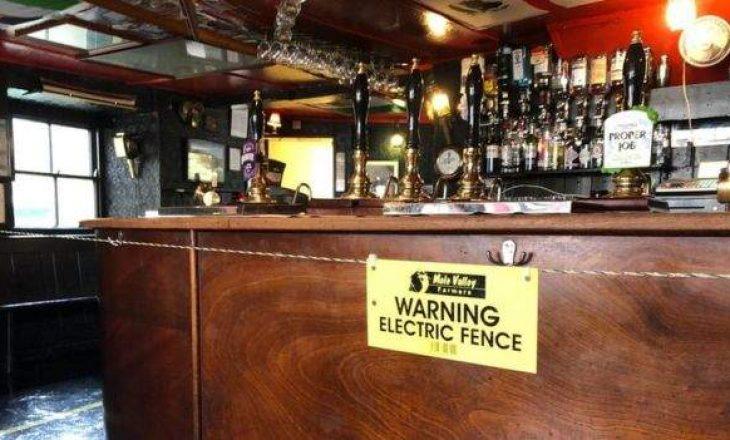 Mënyra shokuese që përdori një lokal në Angli për ta siguruar distancën sociale