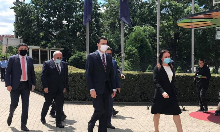 Pas kthimit nga Haga, Thaçi zhvillon takimin e parë publik – Pret Lulzim Bashën në Presidencë