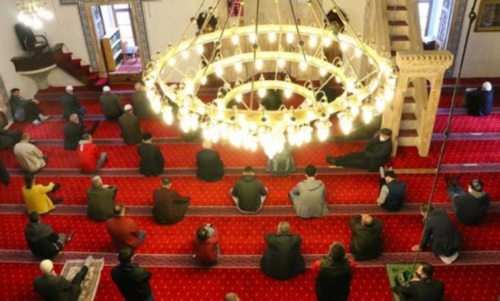 Besimtarët festojnë, por pa faljen e Bajramit
