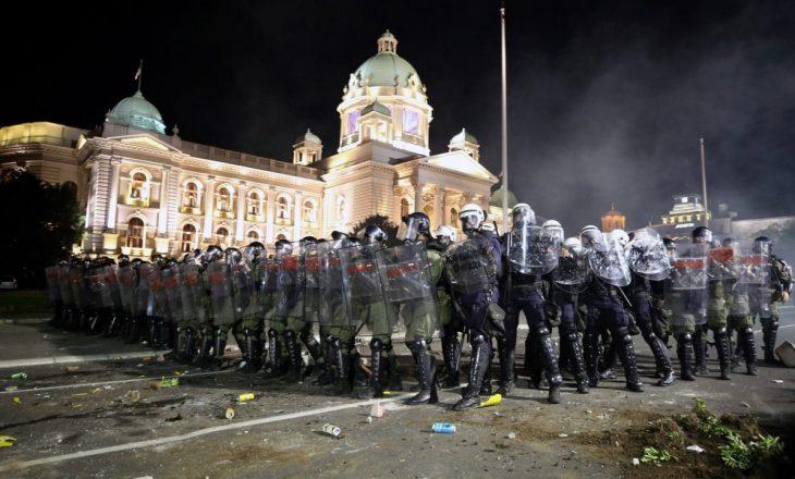 Tërhiqet Vuçiq pas protestave të dhunshme kundër planit për izolim të dytë