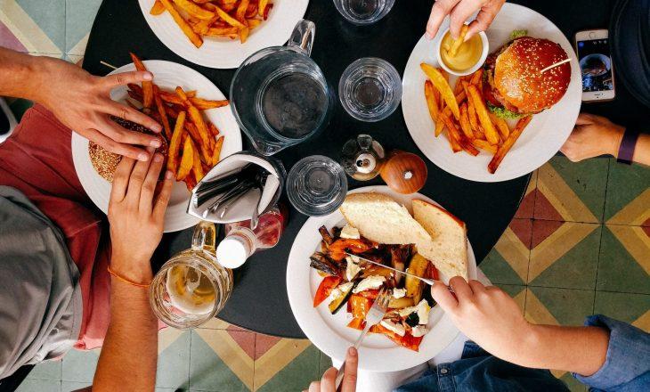 Ky politikan ofron 50% zbritje për ata që hanë në restorante