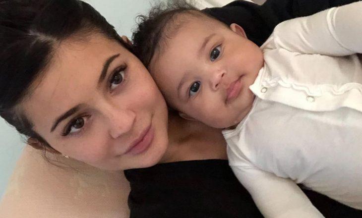 Kylie Jenner i blen çantën me vlerë prej 1.180 dollarësh vajzës së saj 2 vjeçare