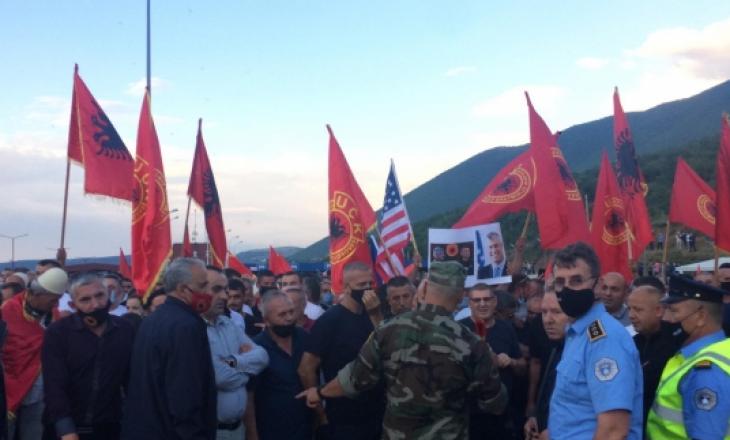Qytetarët mblidhen në pikën kufitare për ta pritur Thaçin (VIDEO)