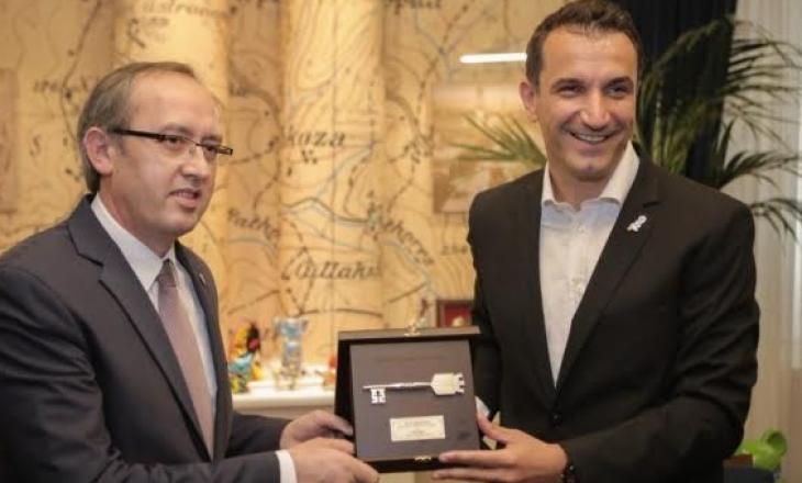 Avdullah Hoti nderohet me Çelësin e Tiranës