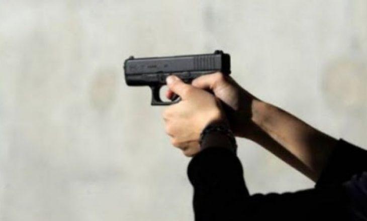 Erdhën për t'ia kërkuar borxhin babait – djali merr armën dhe e plagos borxhdhënësin