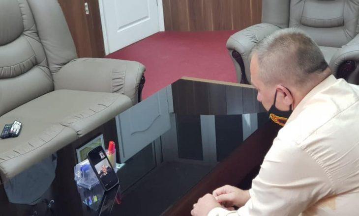 """Ambasadori amerikan flet me kryetarin e OVL-së – """"për situatën e tanishme dhe veteranët"""""""