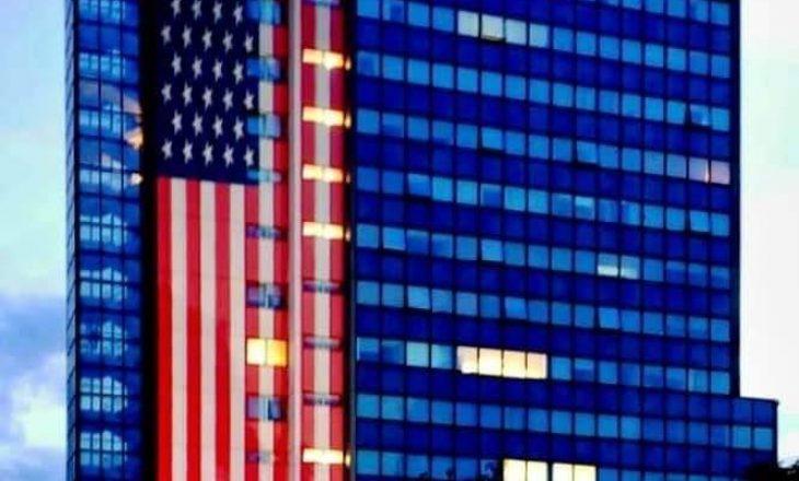 Vendoset flamuri amerikan në objektin e Qeverisë