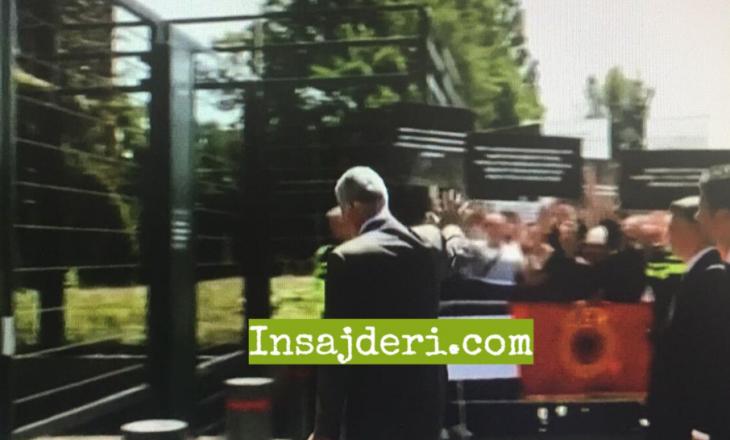 Thaçi futet për intervistim, protestë para selisë së Gjykatës Speciale