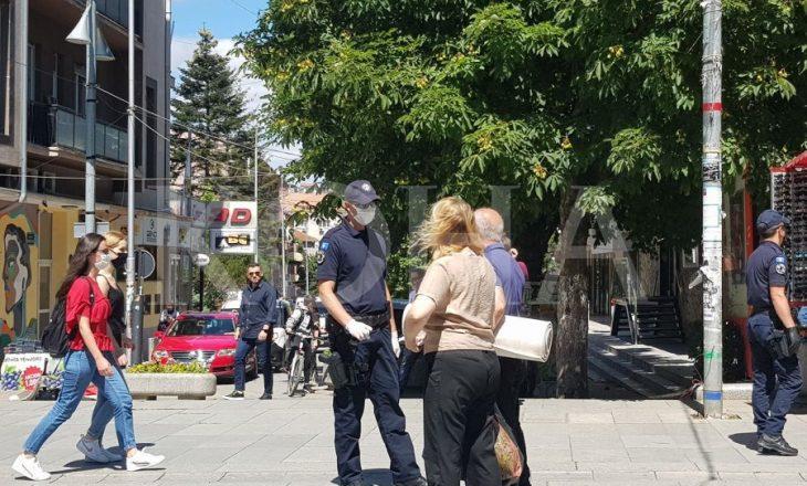 Policia nëpër shesh – kontrollon qytetarët për maska
