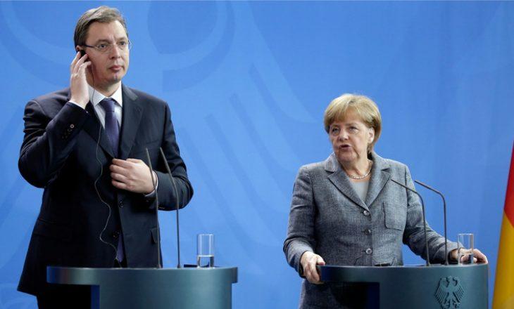 Merkel me flamurin e Kosovës para syve të Vuçiqit