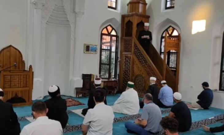 Shqipëri: Besimtarët myslimanë e falin Bajramin në xhami