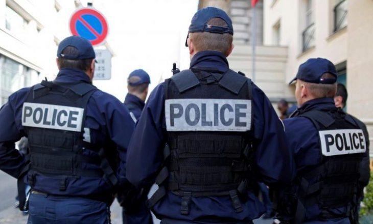 Disa persona sulmojnë policët në Mitrovicë (VIDEO)