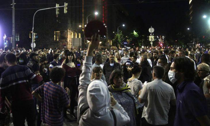 Protesta e mbrëmshme në Serbi: Lëndohen protestues e policë