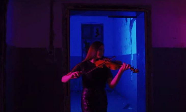 Violinistja 18 vjeçare rikrijon një nga këngët më të famshme të Billie Eillish