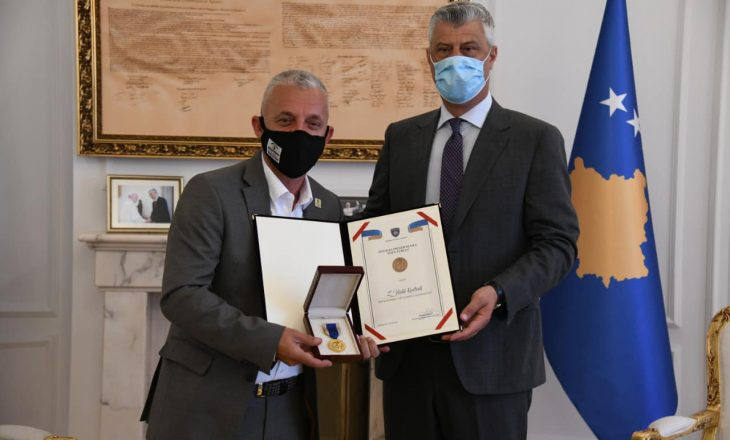 "Thaçi nderon Halil Kastratin me Medaljen ""Shën Tereza"""