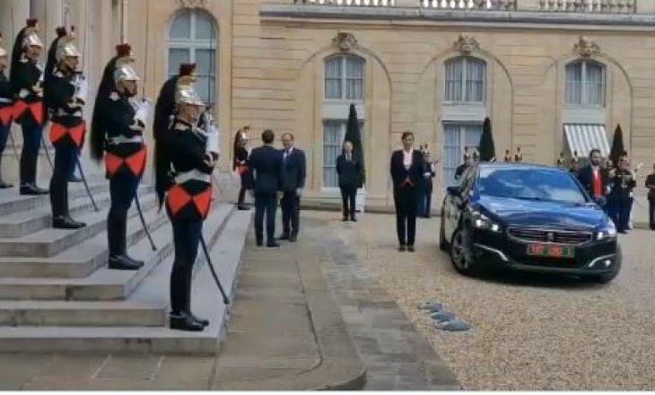 Hoti publikon pamje nga vizita e tij në Francë për t'u takuar me Macronin