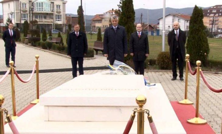 Thaçi bën nderime të varri i Rugovës
