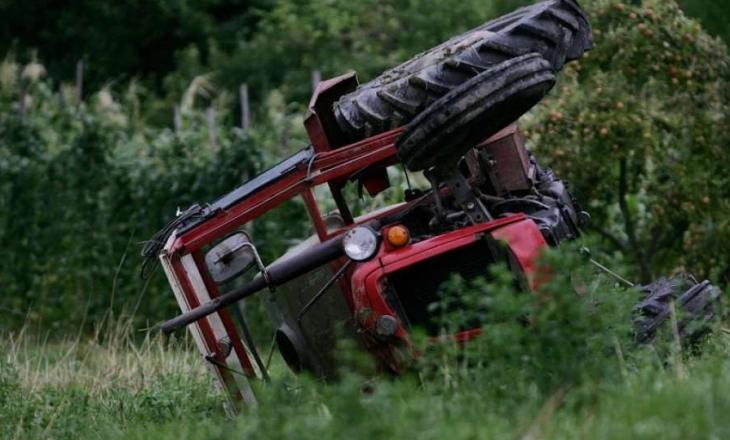 Dy të lënduar në një aksident me traktor në Dragash