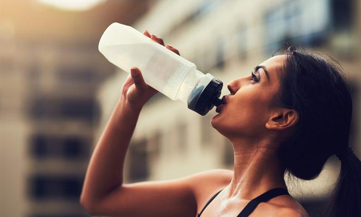Konsumimi i shpeshtë e ujit, faktor pozitiv në luftën kundër Covid 19