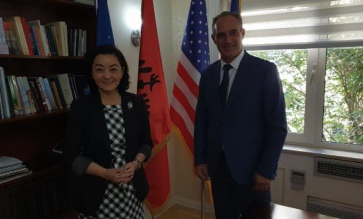 Ambasadorja e ShBA-së në Tiranë shpreson të përmbyllet marrëveshja Kosovë-Serbi