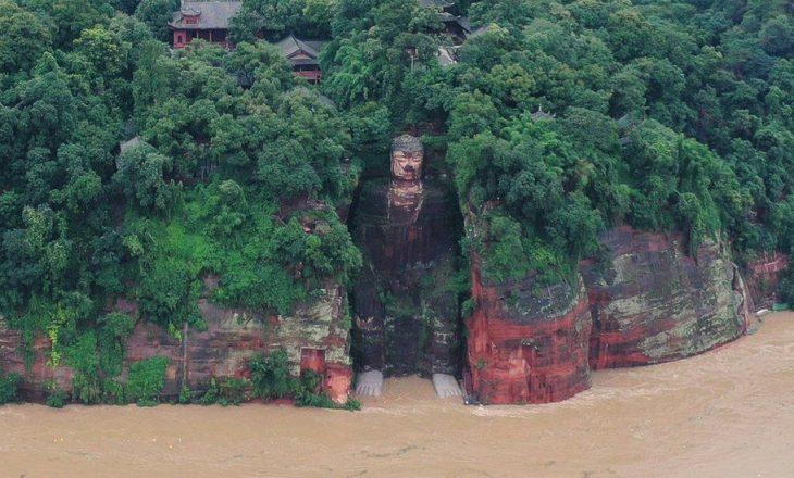 Vërshimet në Kinë lagin për herë të parë që nga viti 1940 këmbët e statujës së famshme