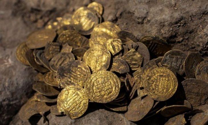 Një grup i të rinjëve izraelit, zbulojnë një enë argjile me monedha ari që datojnë para 1.100 vitesh