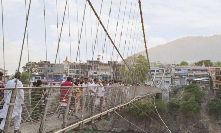 Gruaja arrestohet për postimin e videos në të cilën shfaqet e zhveshur në një urë të shenjtë në Indi