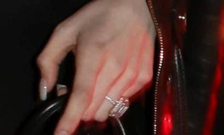 Me unazë diamanti 4 milionë dollarëshe – kështu i propozon këngëtari të dashurës së tij