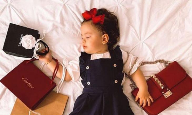 Bebushja 17 muajshe pozon me veshje nga firma të shtrenjta, nëna e saj merr kritika të ashpëra online