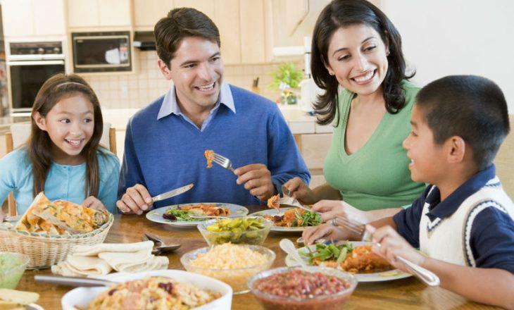 Zakone të këqija të të ushqyerit që po u mësoni edhe fëmijëve tuaj