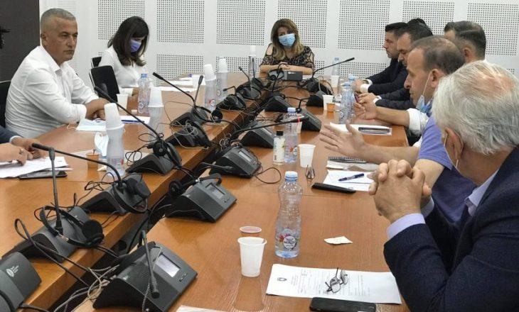 Rasti i Karaçeves: Musliu thirrje në interpelancë për Veliun, Berisha kërkon dorëheqjen e Qalajt