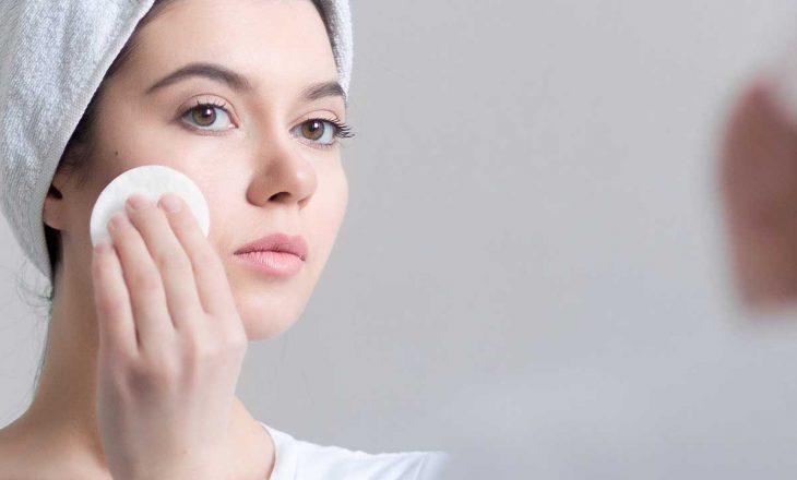Pesë mënyra trajtimi për lëkurën e yndyrshme në kushte shtëpiake