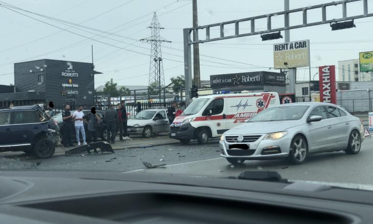 Aksident midis veturës dhe kamionit në Fushë-Kosovë, dy persona të lënduar
