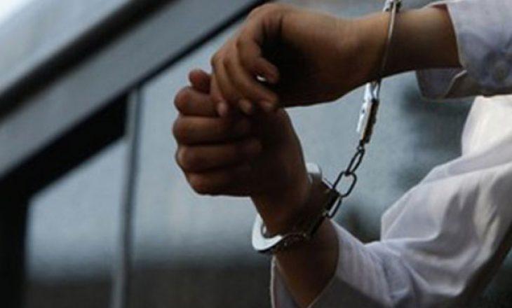 Po bashkëjetonte me një të mitur fshehtas prindërve të saj, arrestohet