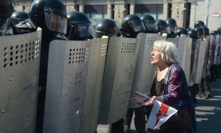 Rikthehen protestat masive në Bjellorusi