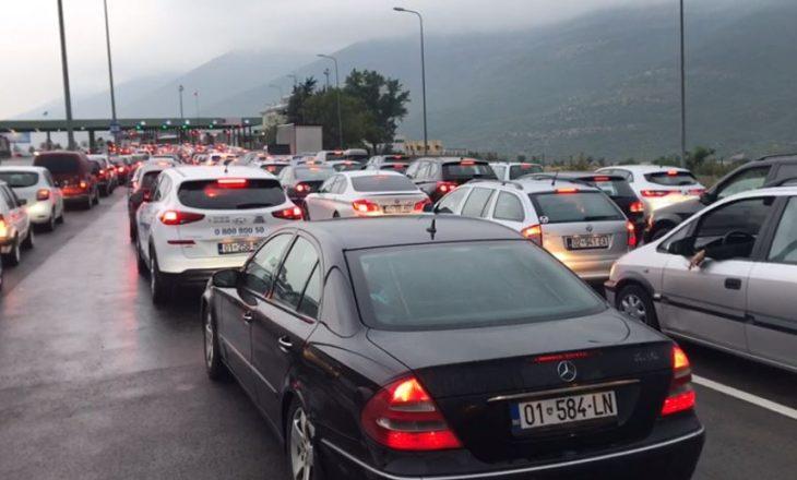 Kolona të gjata në kufirin Kosovë-Shqipëri