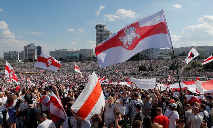 Dy javë pas zgjedhjeve vazhdojnë protestat në Bjellorusi, kërkohet dorëheqja e Lukashenkos