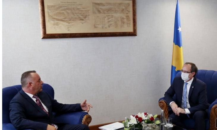 Kryeministri dhe kryetari i Deçanit dakordohen që punimet e rrugës Deçan-Plavë të pezullohen