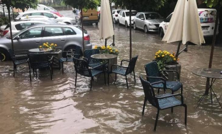 Prishtinë: Bllokohen disa rrugë nga shiu