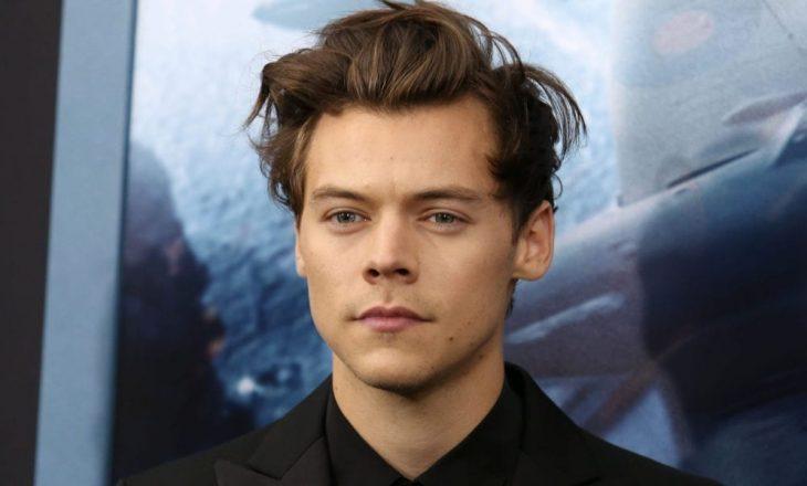 Harry Styles u jep dashuri fansave nga një distancë të sigurt sociale