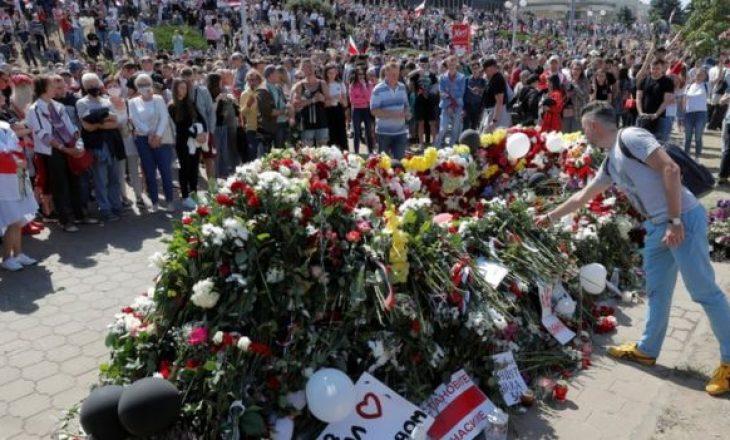 Vazhdojnë organizimet masive në Bjellorusi kundër pushtetit të Lukashenkos, edhe gjatë varrimeve