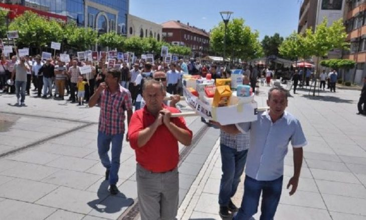 Qumështarët e pakënaqur në protestë